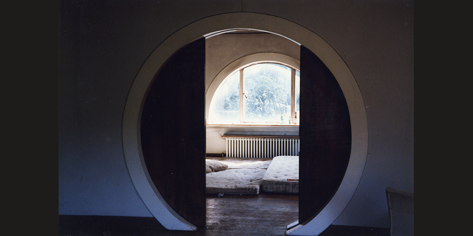 Looking through the moon doors into the Dorich House living room after the squatters left, 1993. Photo: Isobel Porter. © Dorich House Museum